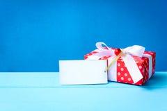 raillez vers le haut du label et des boîte-cadeau blancs des textes sur la table en bois Photos stock