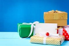 raillez vers le haut du label et des boîte-cadeau blancs des textes sur la table en bois Images stock