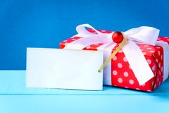 raillez vers le haut du label et des boîte-cadeau blancs des textes sur la table en bois Photo stock