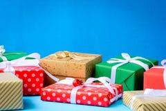 raillez vers le haut du label et des boîte-cadeau blancs des textes sur la table en bois Photographie stock libre de droits