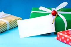 raillez vers le haut du label et des boîte-cadeau blancs des textes sur la table en bois Images libres de droits