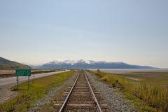 Railroad às montanhas fotos de stock