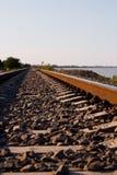 Railroad andare alla distanza vicino alla riva immagini stock