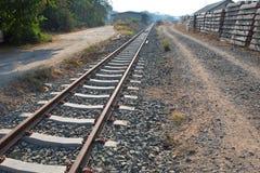 Railroad avec le point, le parallèle et l'infini de disparaition, Ba ferroviaire photographie stock