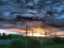 Railroad carros de frete no fundo de um nascer do sol bonito foto de stock royalty free