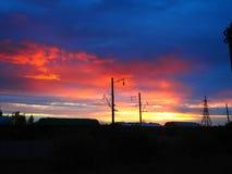 Railroad carros de frete no fundo de um nascer do sol bonito fotografia de stock royalty free