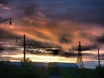 Railroad carros de frete no fundo de um nascer do sol bonito imagens de stock