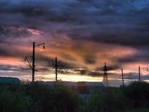 Railroad carros de frete no fundo de um nascer do sol bonito fotos de stock royalty free