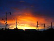 Railroad carros de frete no fundo de um nascer do sol bonito fotos de stock