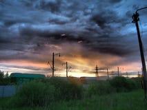 Railroad carros de frete no fundo de um por do sol bonito imagens de stock royalty free