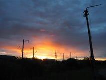 Railroad carros de frete no fundo de um por do sol bonito foto de stock
