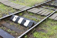 Railroad com dorminhocos velhos e pare o ponto perto do cruzamento pedestre Conceito industrial Curso da estrada de ferro, estrad imagem de stock royalty free