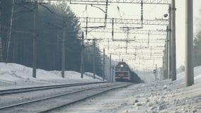 Railroad dans la forêt de neige, Russie, hiver banque de vidéos