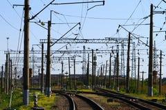 Railroad du côté de pays en été avec beaucoup de poteaux électriques là-dessus dégrossit sur le fond de ciel bleu images stock
