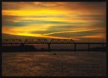 Railroad el puente sobre el río Don y el pescador Imagenes de archivo