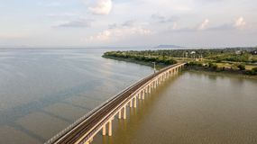 Railroad el puente sobre la prohibición Lopburi lanzado con una honda Kok de la presa del PA Sak del río tailandés imagen de archivo
