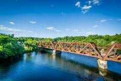 Railroad il ponte sopra il fiume di Merrimack, in Hooksett, nuovo Hamps immagine stock libera da diritti