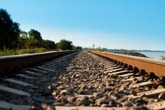Railroad ir a la distancia cerca de la orilla foto de archivo libre de regalías