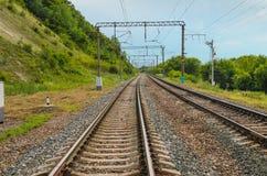 Railroad l'entrée dans la distance images stock