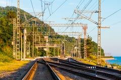 Railroad l'entrée dans la distance dans le jour ensoleillé photographie stock libre de droits