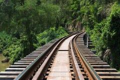 Railroad la deuxième guerre mondiale en bois d'histoire dans le kwai de rivière aux soleils de soirée image stock