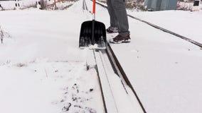 Railroad la neige propre des employés du passage à niveau clips vidéos