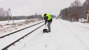 Railroad la neige propre des employés près de ferroviaire et de la marche loin banque de vidéos