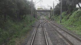 Railroad la vue de la fenêtre du dernier chariot ferroviaire banque de vidéos