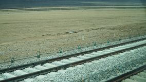 Railroad le chemin de fer pour le train avec une certaine terre image stock