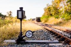 Railroad le commutateur avec le train dans le soleil de matin La conception de images libres de droits