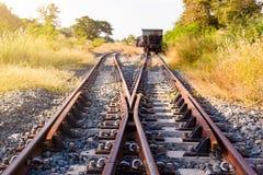 Railroad le commutateur avec le train dans le soleil de matin La conception de image libre de droits