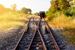 Railroad le commutateur avec le train dans le soleil de matin La conception de photos stock