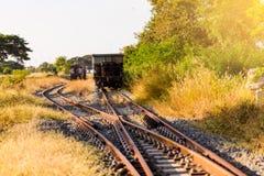 Railroad le commutateur avec le train dans le soleil de matin La conception de photo libre de droits