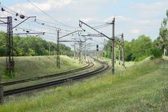 Railroad le dépassement par le champ, paysage de ville images libres de droits