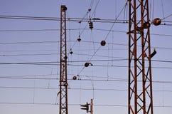 Railroad le linee sopraelevate contro chiaro cielo blu, filo di contatto Linee elettriche ad alta tensione della ferrovia sul bac Fotografia Stock