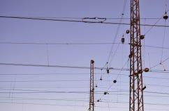 Railroad le linee sopraelevate contro chiaro cielo blu, filo di contatto Linee elettriche ad alta tensione della ferrovia sul bac Fotografie Stock Libere da Diritti
