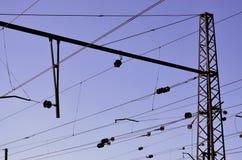 Railroad le linee sopraelevate contro chiaro cielo blu, filo di contatto Linee elettriche ad alta tensione della ferrovia sul bac Immagine Stock Libera da Diritti