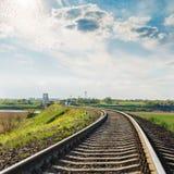 Railroad le plan rapproché à l'horizon et au ciel dramatique dans le coucher du soleil Photographie stock libre de droits