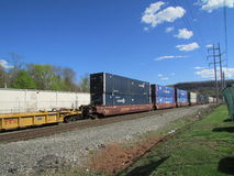 Railroad los coches de plataforma con los envases de Шntermodal en Haverstraw del oeste, NY Fotos de archivo libres de regalías