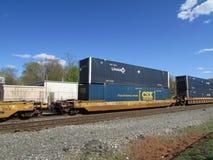 Railroad los coches de plataforma con Umax y los envases intermodales de CSX en Haverstraw del oeste, NY Foto de archivo libre de regalías
