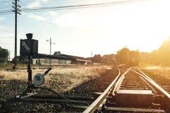 Railroad o interruptor com o trem no sol da manhã imagens de stock royalty free