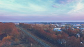 Railroad près des usines et des usines de brique au coucher du soleil banque de vidéos