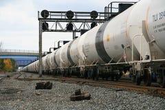 Railroading urbano; Trem branco longo Foto de Stock