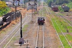 Railroadmen komt door met de hand gemaakt voertuig aan. Stock Fotografie