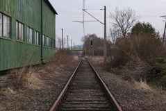 Rails à côté de la construction photographie stock