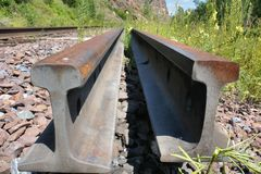 rails järnväg sleepers Den gamla järnvägen till och med skogen Arkivbild