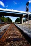 Rails passant sous le pont Photographie stock libre de droits