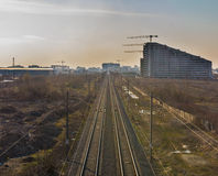 Railtracks in mot industriell zon Royaltyfri Foto