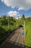 Railtracks som leder till en tunnel som sett från en bro i Frankrike royaltyfri foto
