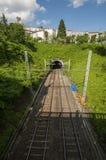 Railtracks som leder till en tunnel som sett från en bro i Frankrike arkivfoton